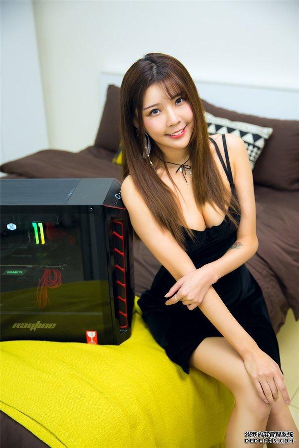 甜美小姐姐为你展示雷霆世纪Chaos 556游戏主机